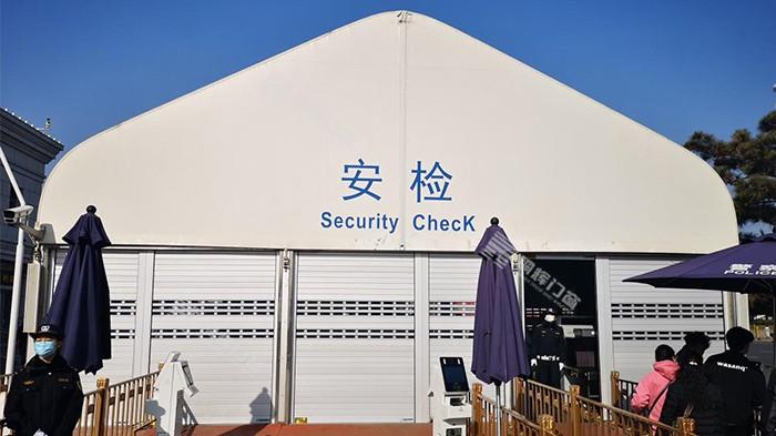 铜辉门窗丨天安门分局安检棚加装卷帘门工程