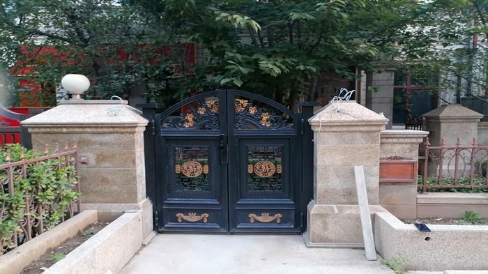铜辉门窗|九号公馆别墅庭院门安装