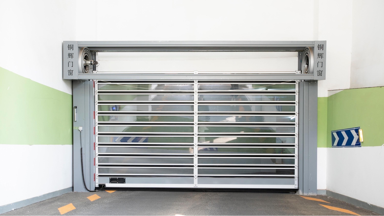 铜辉门窗|海峡国际大厦螺旋硬质快速门安装