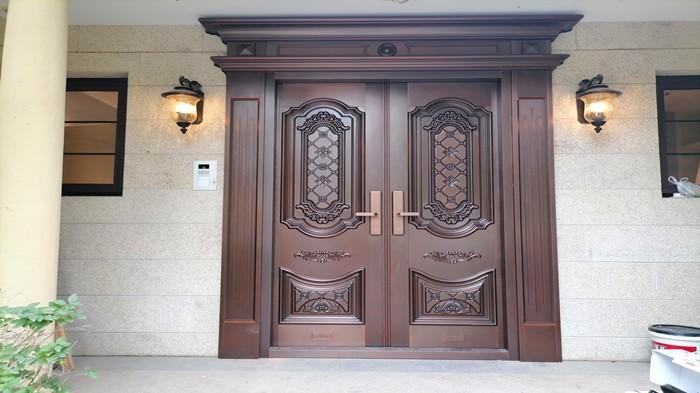 铜辉门窗|格拉斯小镇铜门安装