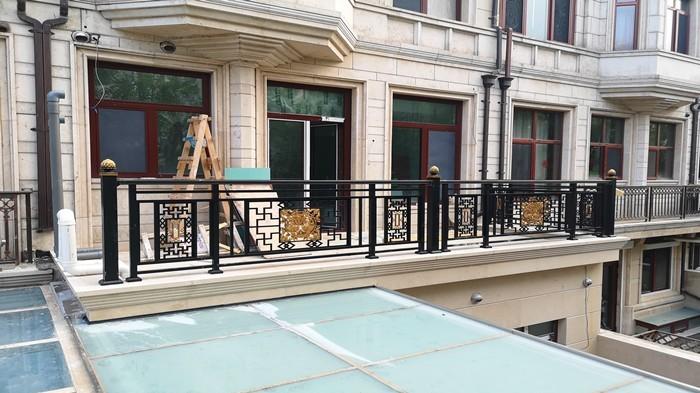铜辉门窗|九号公馆围栏安装