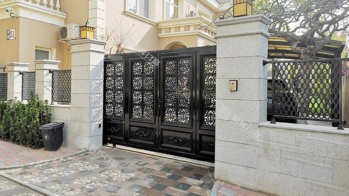 铝艺别墅大门好还是铁艺大门好呢?铜辉门窗带您来了解