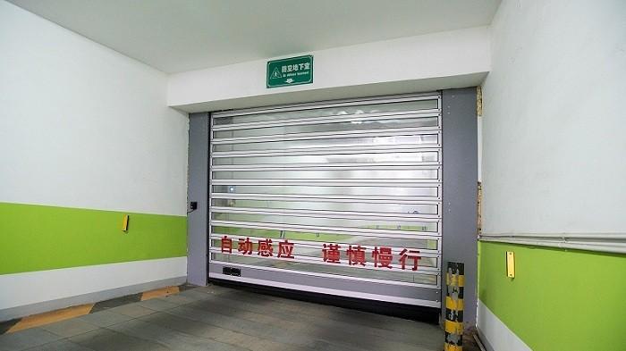 铜辉门窗为您讲解安全气囊对于快速卷帘门的重要性