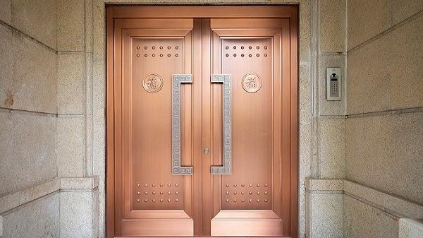 为什么总是说定制铜门有很多优点?铜辉门窗带您了解