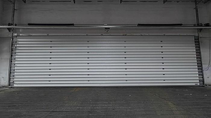 工业提升门的应用优势有哪些?铜辉门窗为您讲解