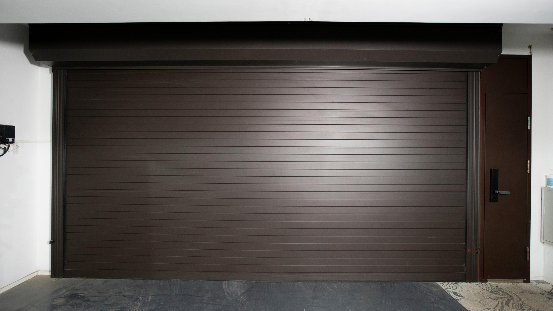 铜辉门窗如何有效率安装快速卷帘门