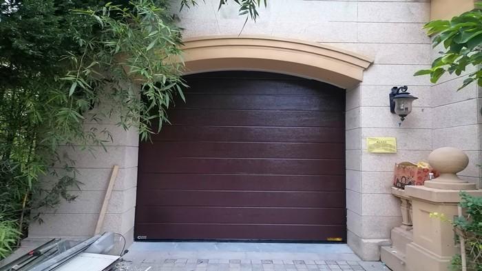 铜辉门窗|格拉斯小镇翻板车库门安装