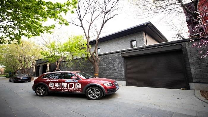 铜辉门窗|中国院子智能车库门安装
